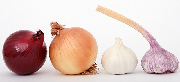При готовке добавлять в блюда лук и чеснок