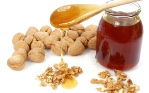 Ядра грецкого ореха залить текучим медом