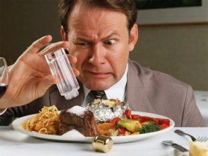 Пищу с большим количеством соли
