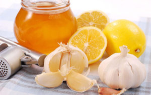 Смешать сок чеснока с мёдом