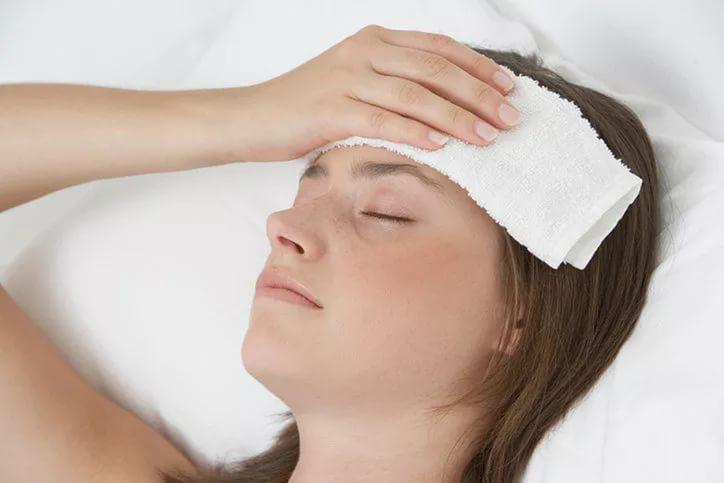 Приложить к голове холодный компресс и погрузив его ступни в очень теплую воду