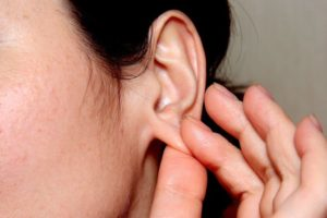 Надавить на мочку уха