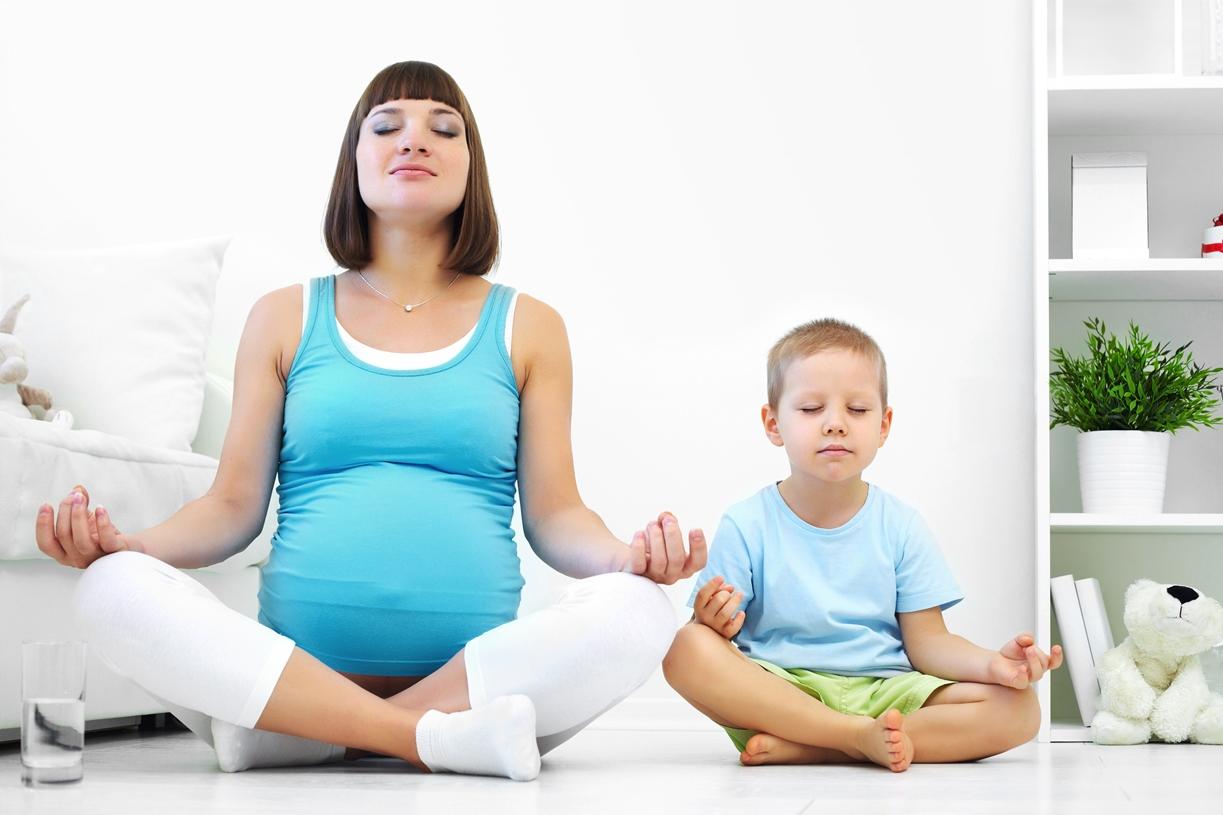 Беременная женщина и ребёнок