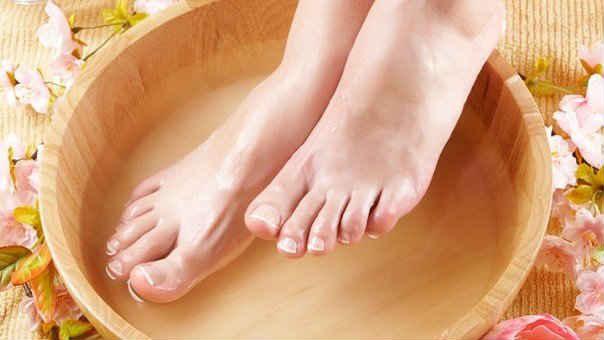 Парить ногив горячей воде